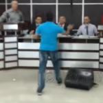 VÍDEO: Morador invade câmara de vereadores e dá tapa no rosto do presidente
