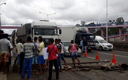 Vendedores ambulantes fecham BR-324 durante protesto