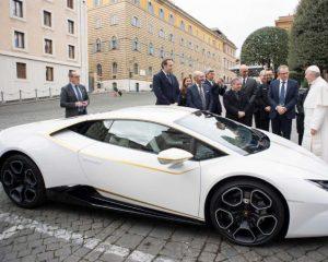 Papa vai leiloar Lamborghini que ganhou para ajudar necessitados