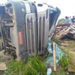 Maracás: Motorista fica preso às ferragens de carreta após veículo tombar na BA-250