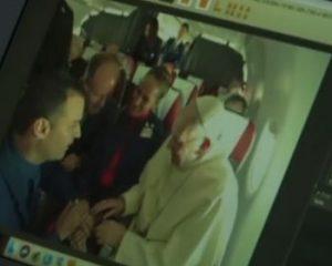 Papa Francisco realiza casamento de comissários de bordo durante vôo no Chile